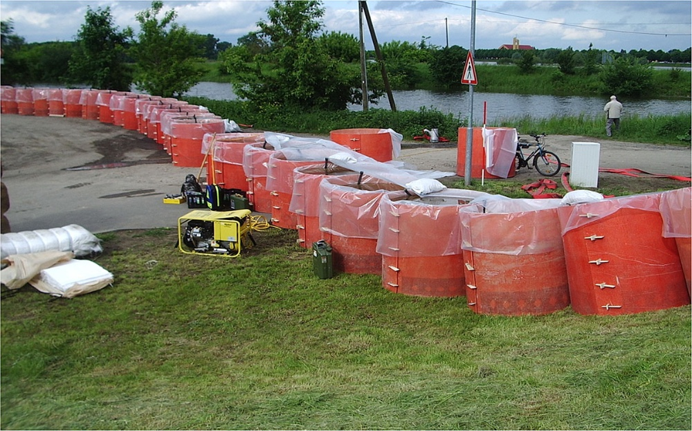 (9)	The deployed cylinders provide a reliable flood defence that can be quickly dismantled after use.